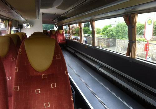 Innenraum eines Busses mit Rollstuhlplätzen