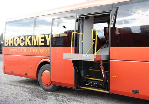 Rollstuhllift eines Reisebusses in angehobenem Zustand